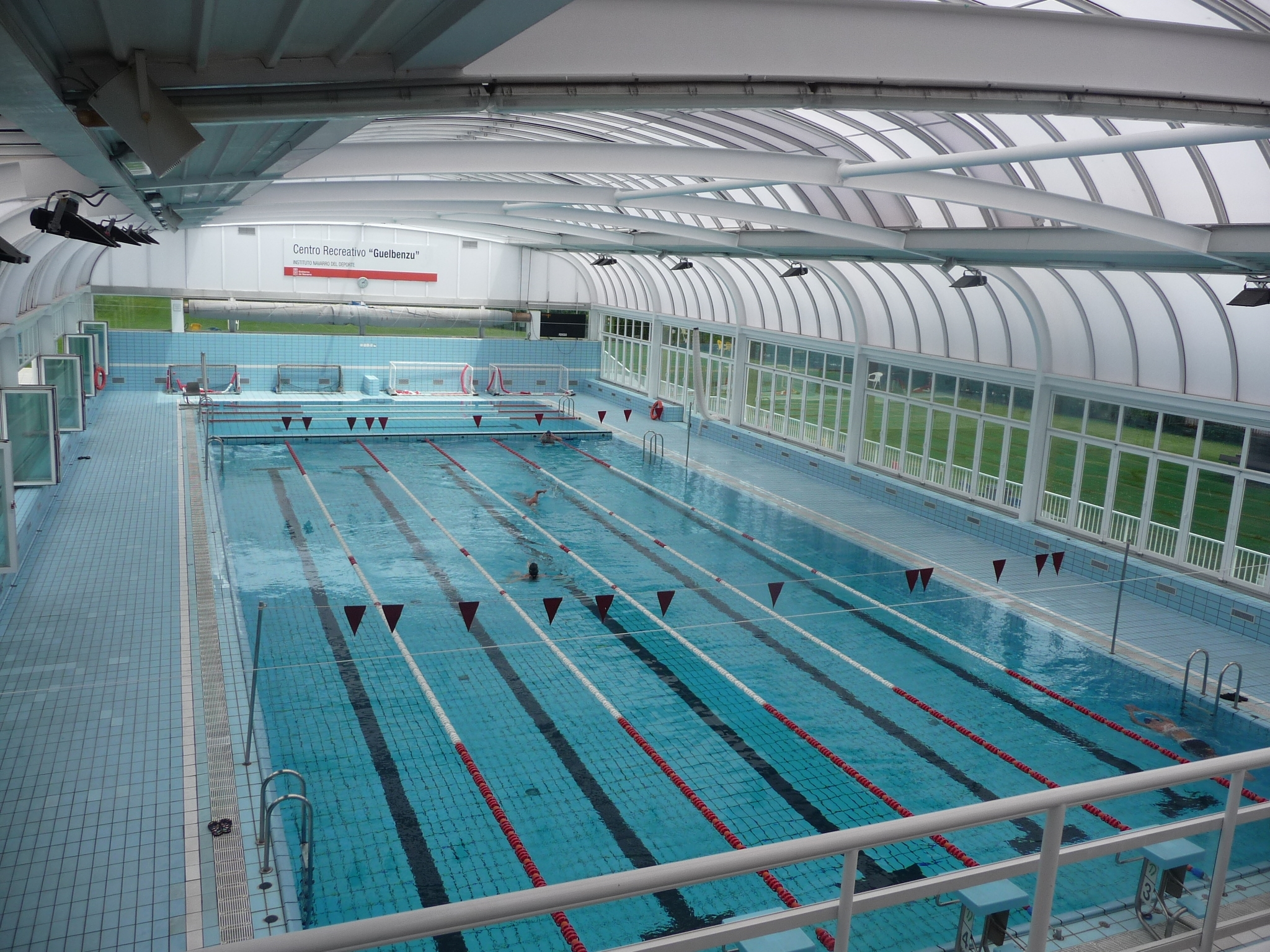 Las piscinas de guelbenzu y larrabide en pamplona for Piscina y gimnasio