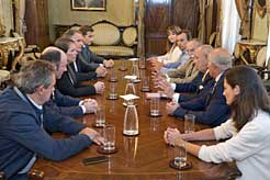 La Presidenta Barkos y el vicepresidente Ayerdi con miembros de la Cámara Navarra de Comercio.