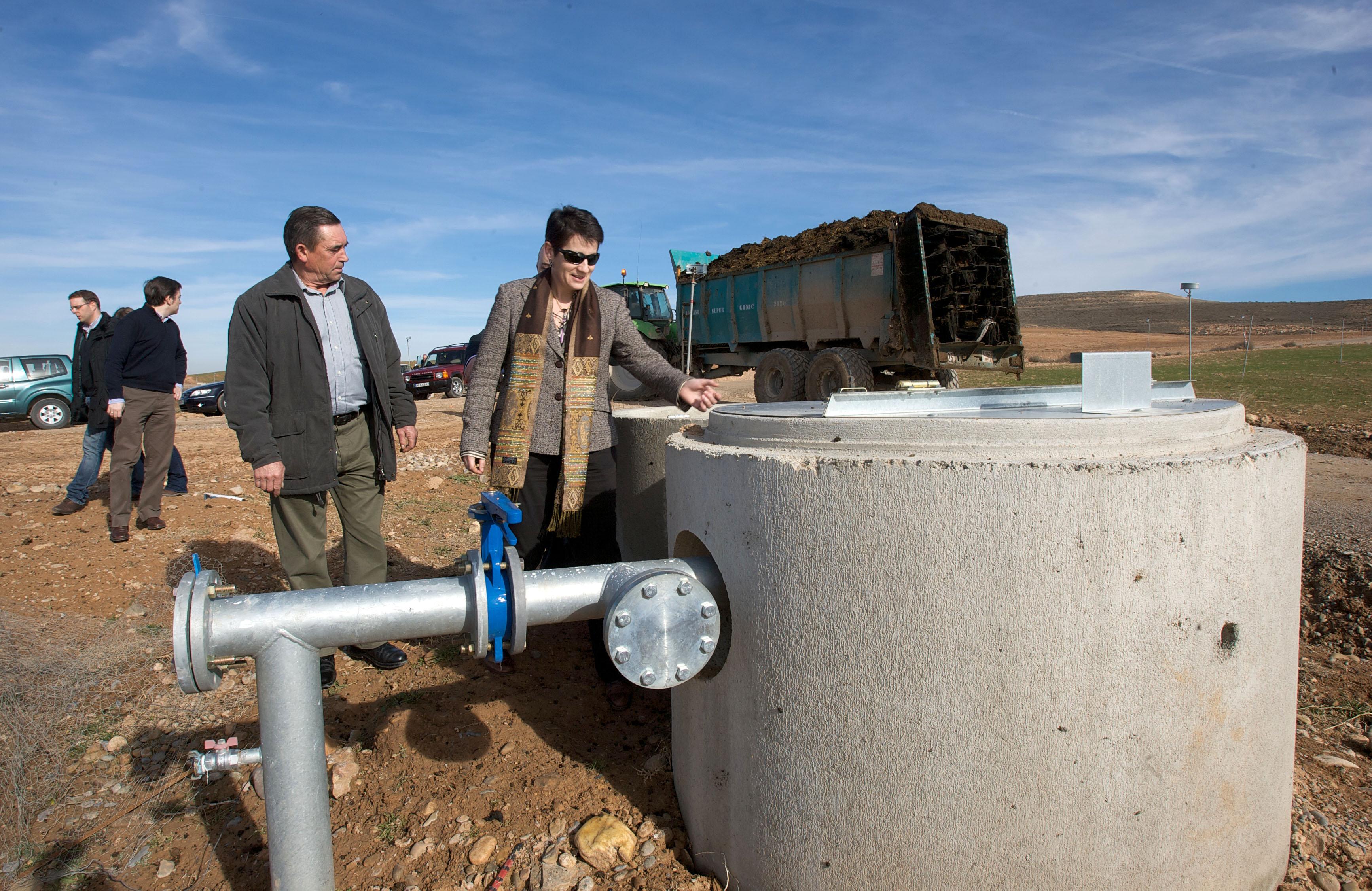 La consejera sanzberro visita la modernizaci n del regad o for Aspersores para riego de jardin