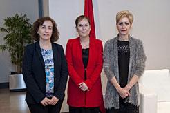 La Presidenta Barkos, con la consejera Herrera (a la izquierda de la imagen) y la alcaldesa de Viana, Yolanda González.