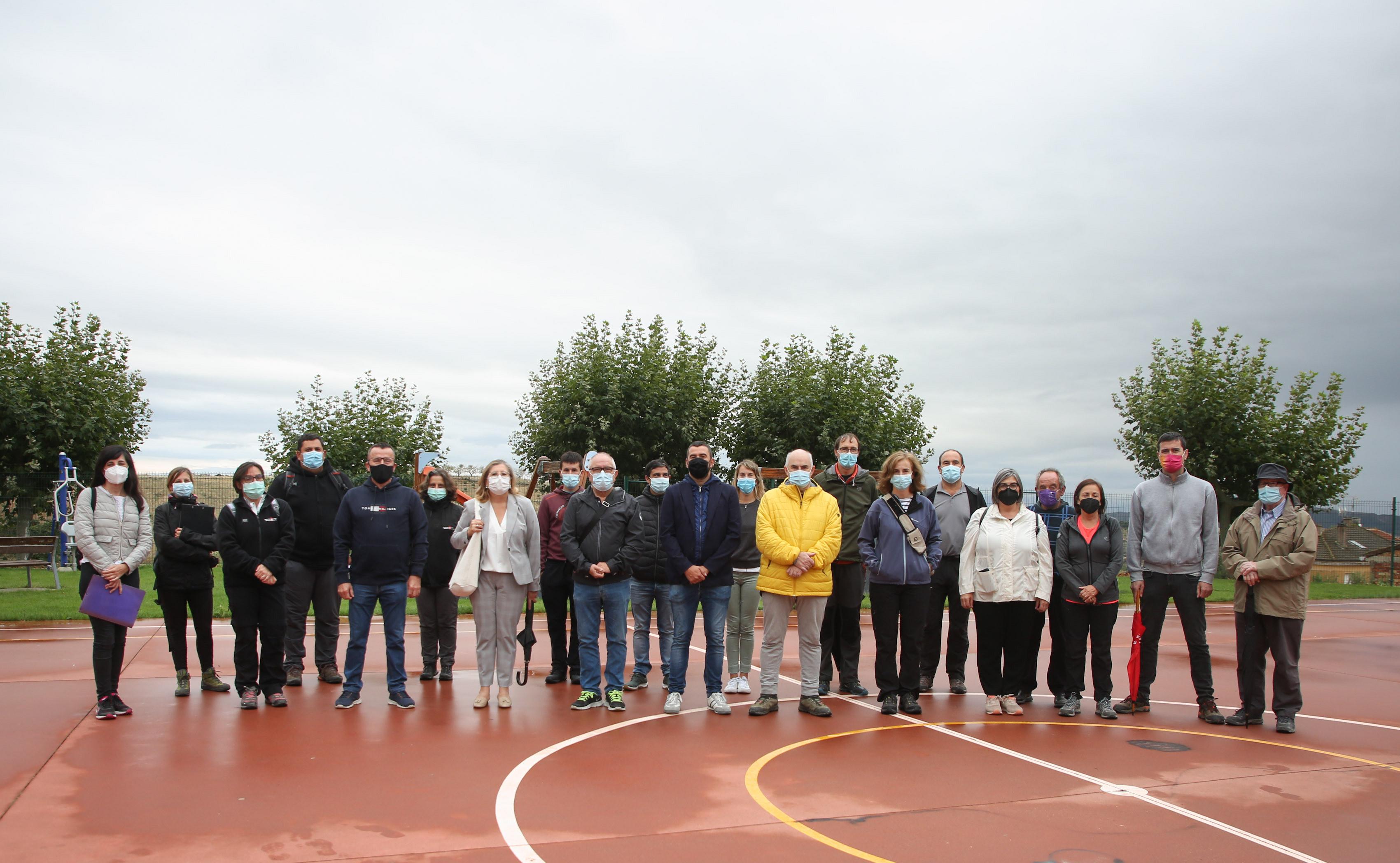 Los participantes, antes de dar comienzo al paseo en Arróniz.