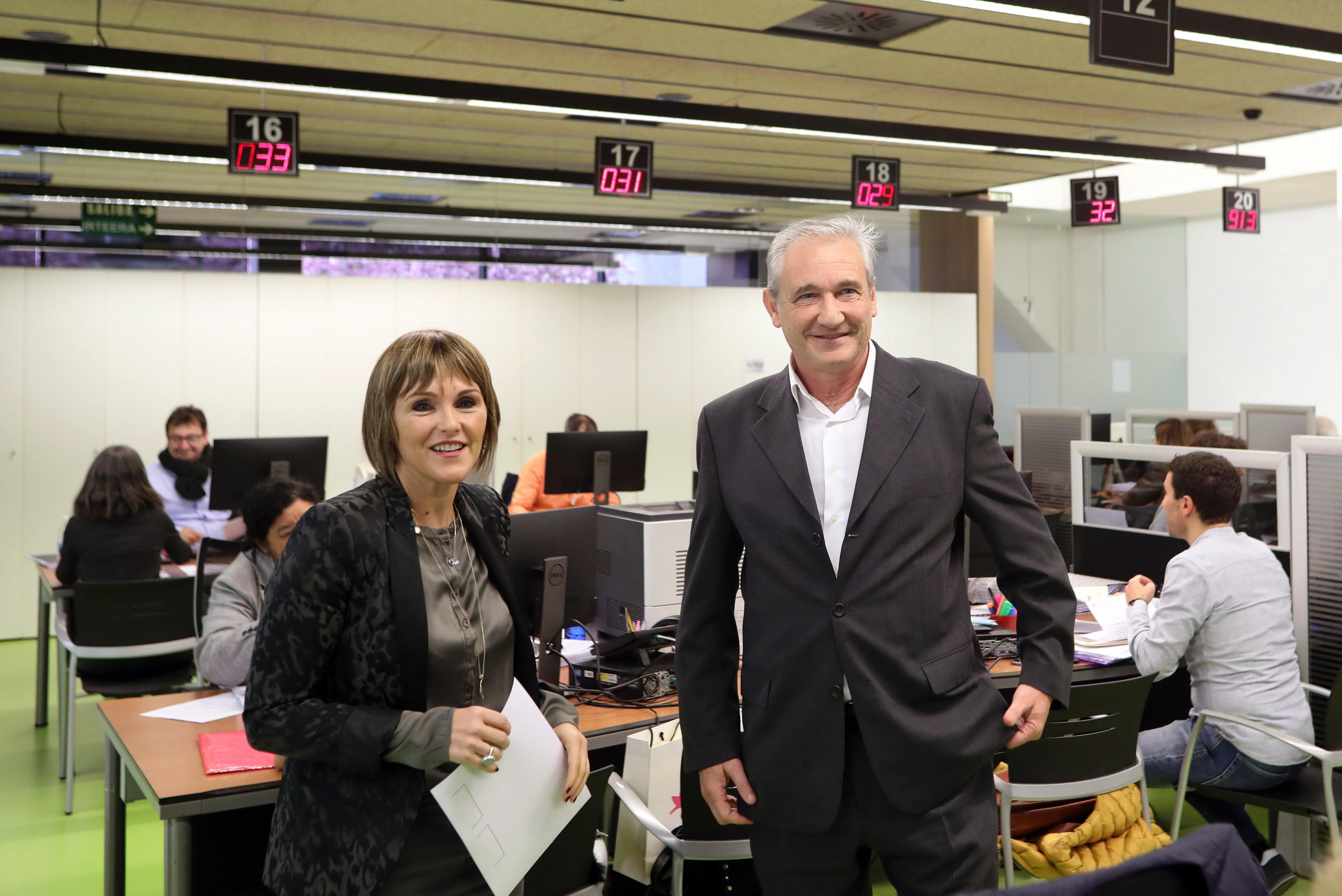 El consejero Aranburu y la directora Huarte, durante la visita a las oficinas de Hacienda de la calle Esquíroz.