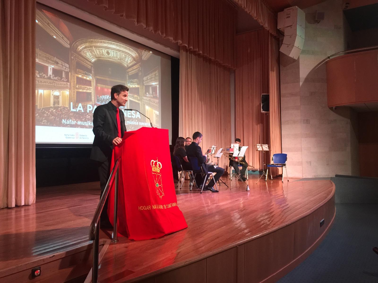 El presidente de la Pamplonesa, se dirige al público asistente al concierto en Santander.