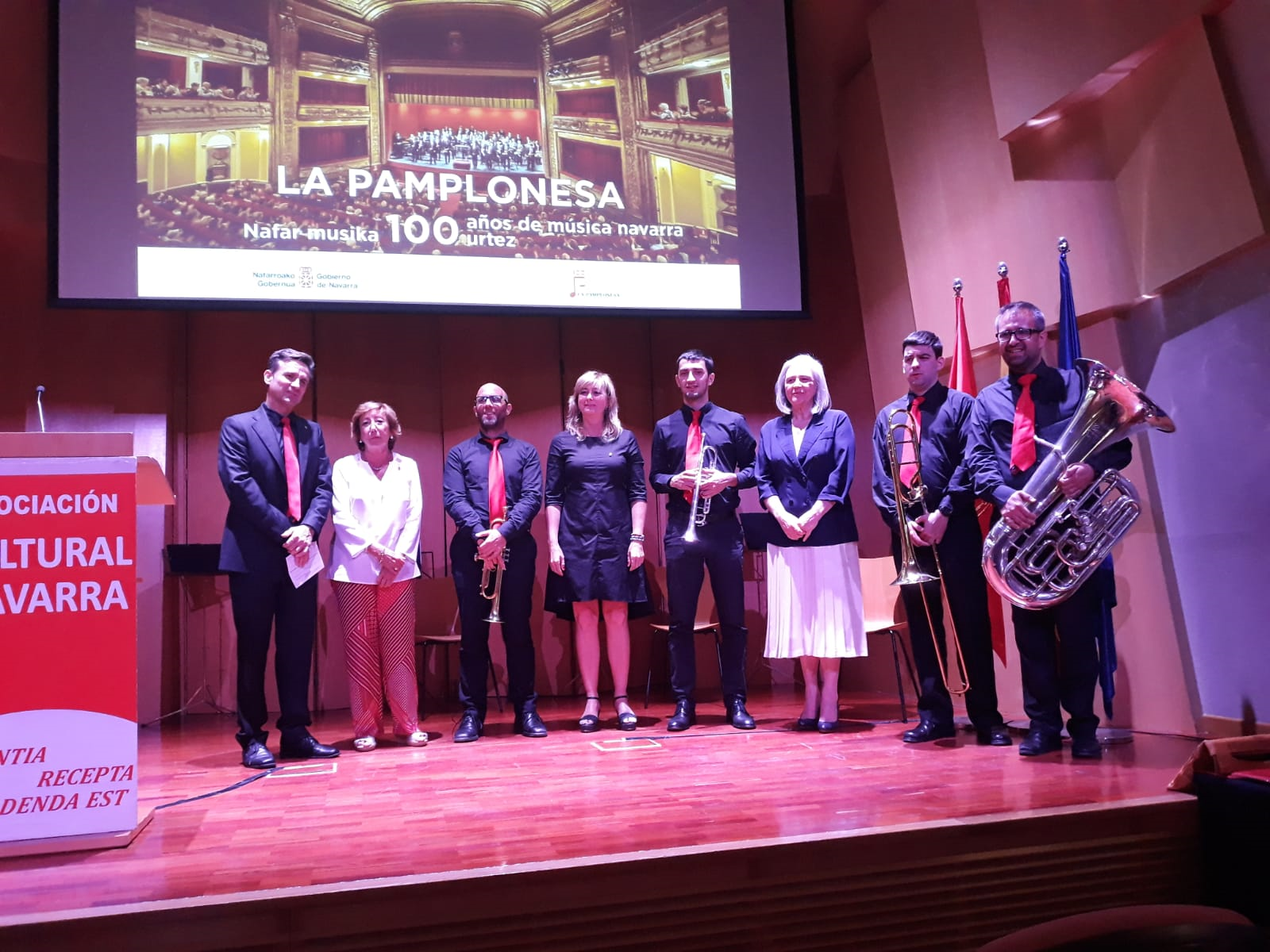 De izquierda a derecha: el presidente de La Pamplonesa, José Andrés Palacios, la presidenta de la Asociación Cultura Navarra, de Madrid, Inmaculada Alegría; la consejera Ollo; músicos del grupo de cámara de la banda la catedrática de música y Premio Nacional de Música 20017, Teresa Catalán.