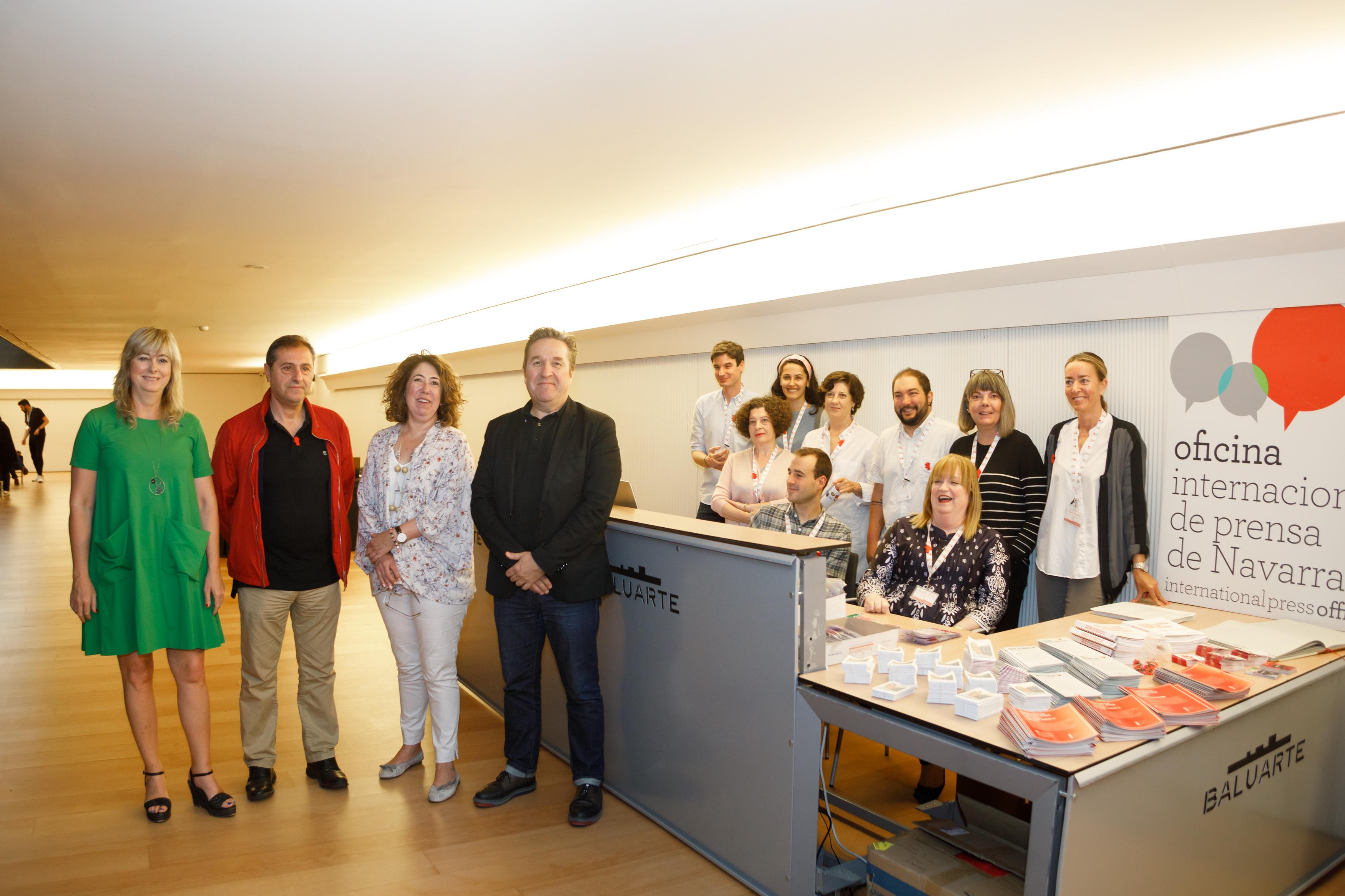 De izquierda a derecha: consejera Ollo, Patxi Pérez, Carmen Alba y Pello Pellejero, con el personal de la Oficina.