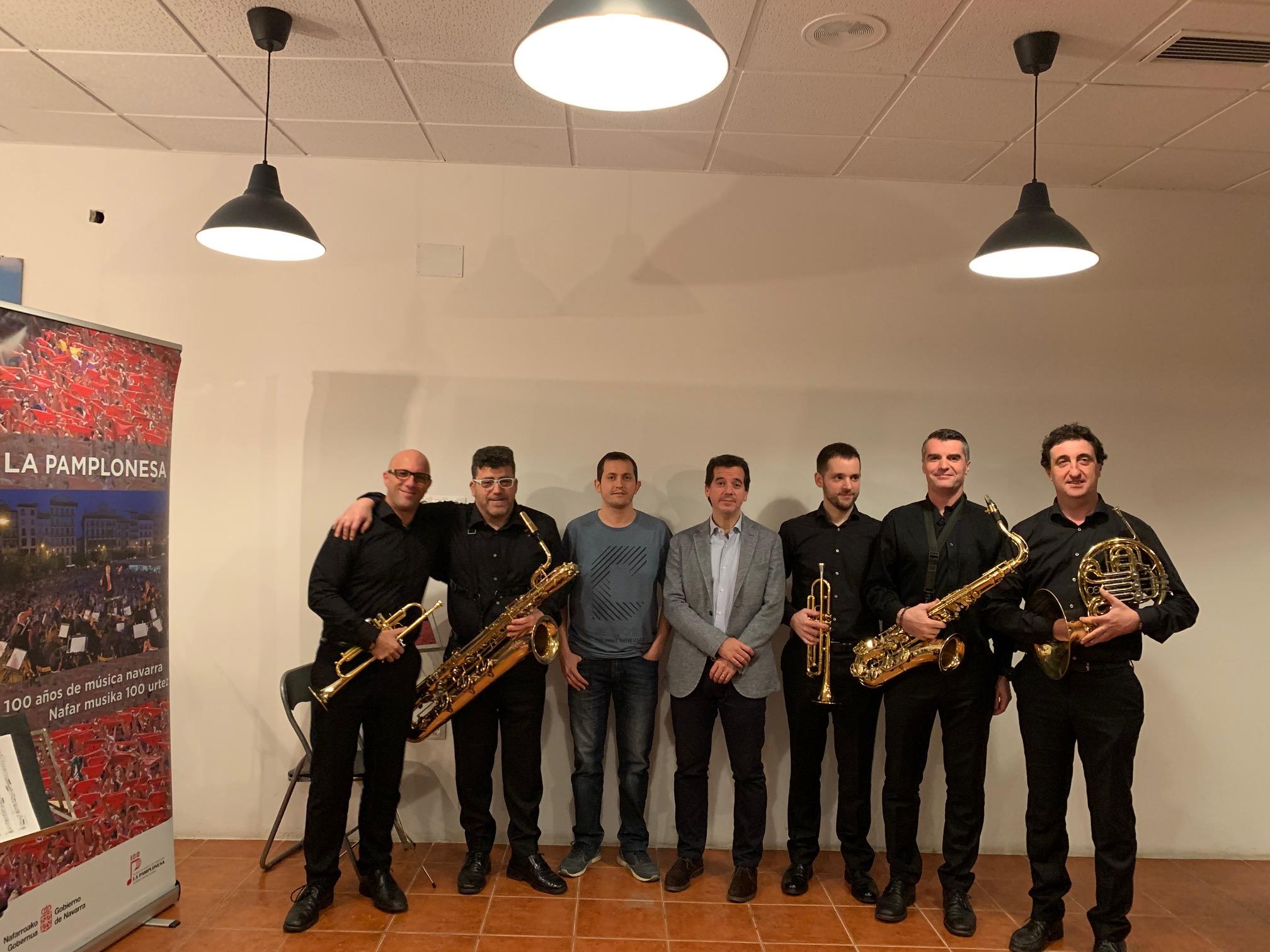 Quinteto de la Pamplonesa en el concierto de Valencia con el director general de Acción Exterior, Mikel Irujo.