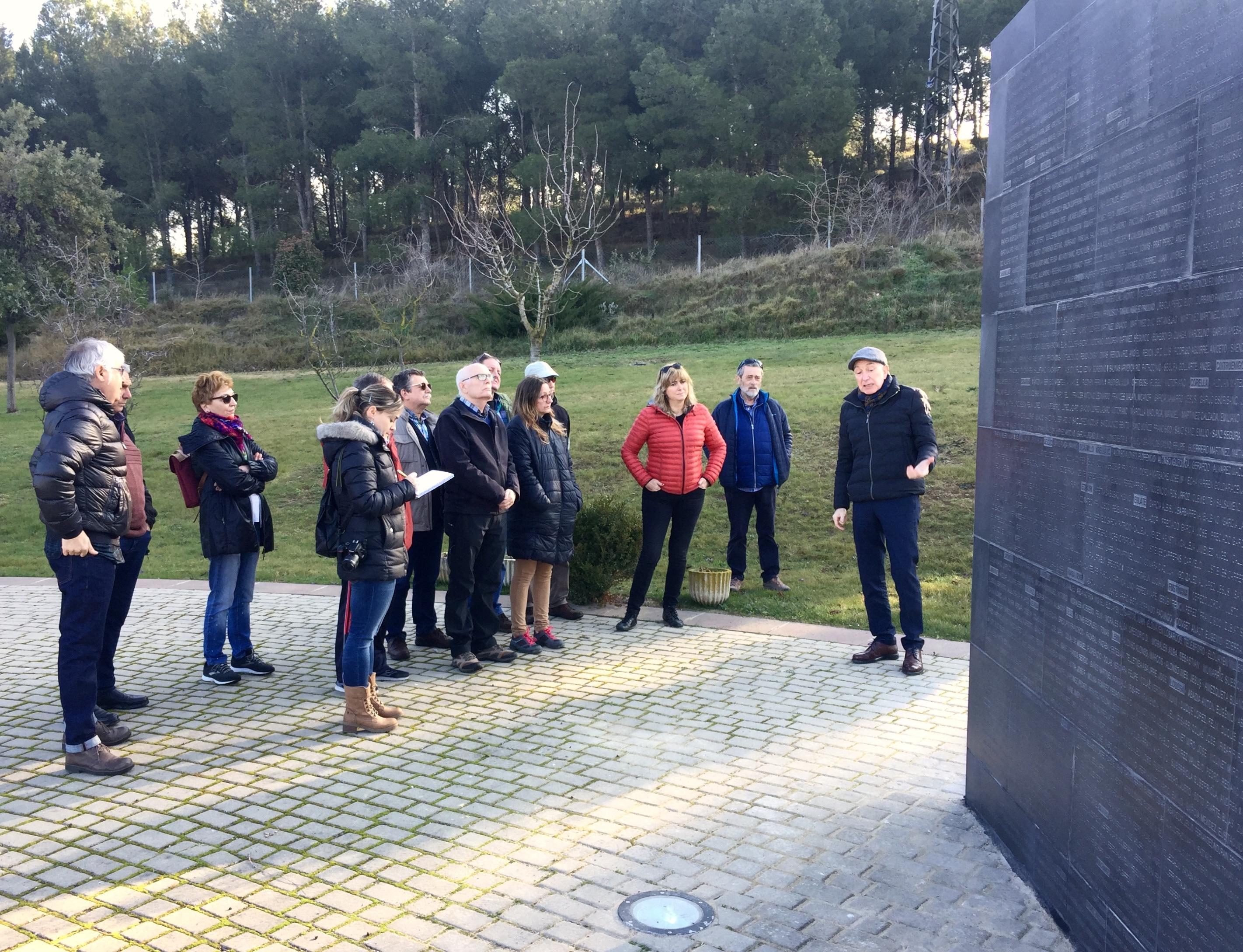 Explicaciones sobre la actuación en el Muro de los Asesinados, en Sartaguda.
