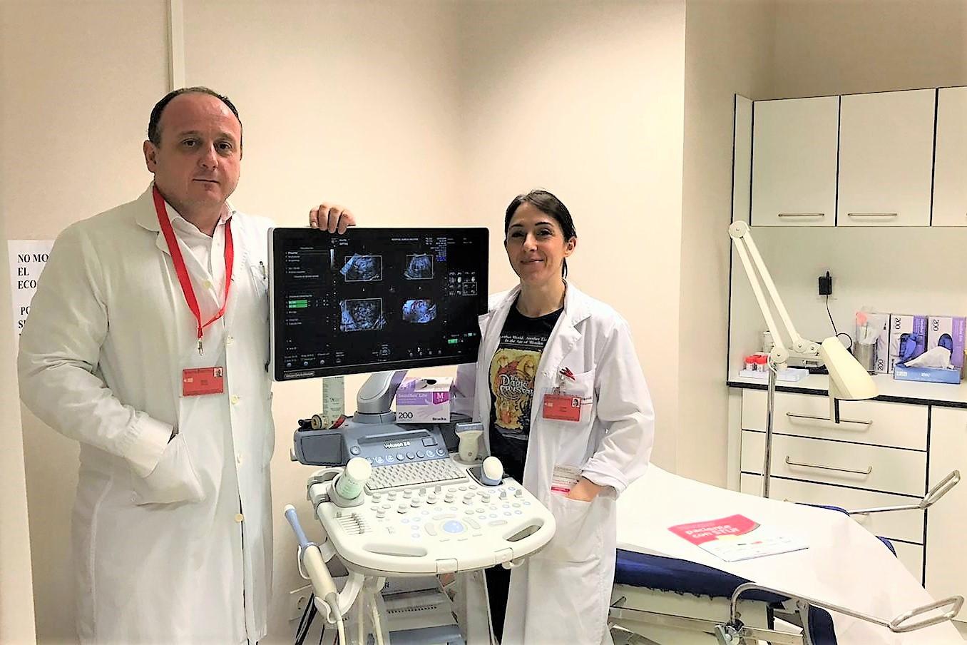 La Dra. Patricia Díaz Ortega, del servicio de Obstetricia y Ginecología del Hospital García Orcoyen de Estella-Lizarra, junto con el Dr. Manuel García Manero, jefe del Servicio.