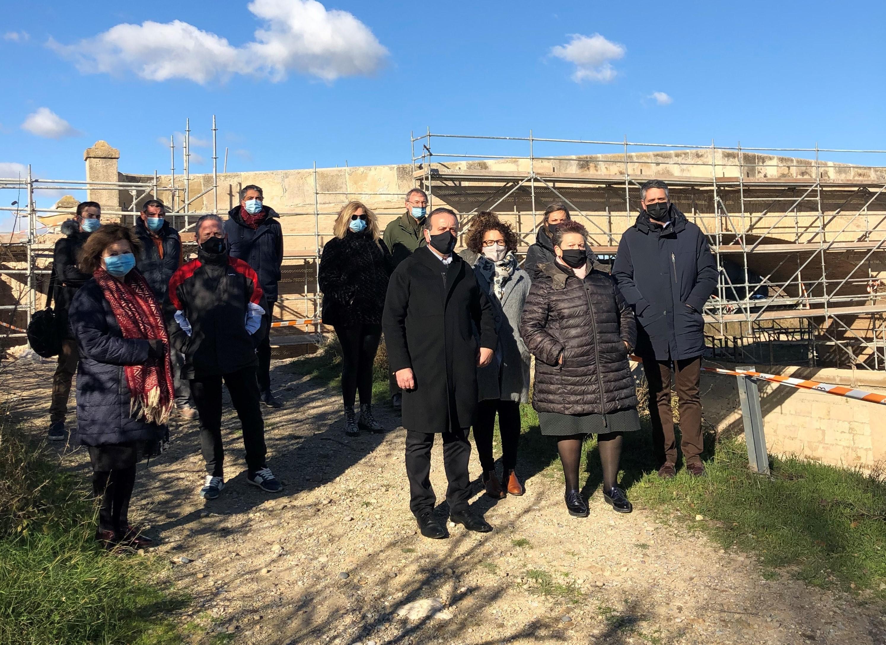 Los participantes en la visita, junto al puente sobre el Canal Imperial de Cortes.