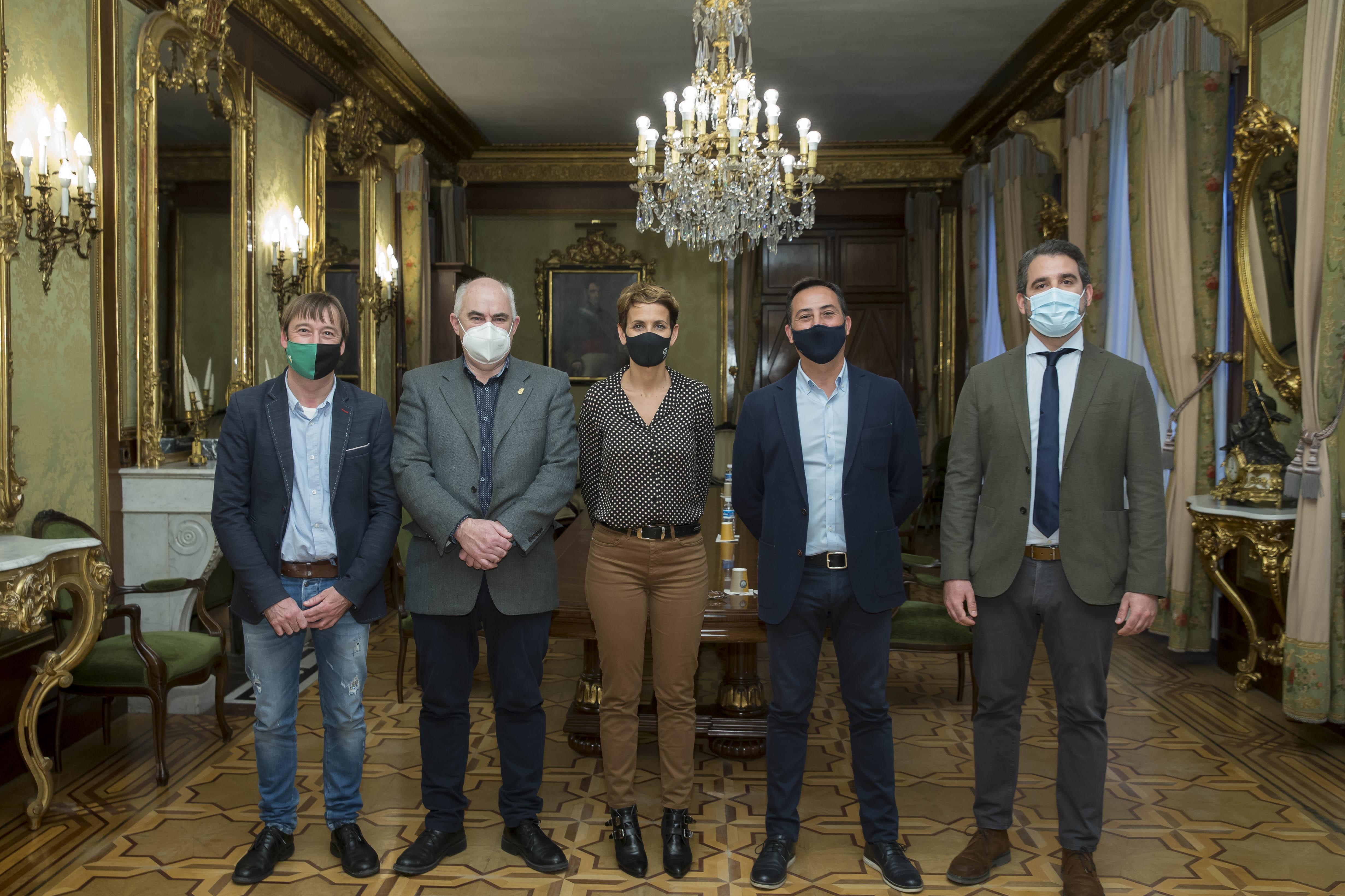 De izquierda a derecha: Koldo Monreal, el vicepresidente José María Aierdi, la Presidenta del Gobierno de Navarra María Chivite, Manuel Medina yMiguel Rodríguez del Consorcio Passivhaus.