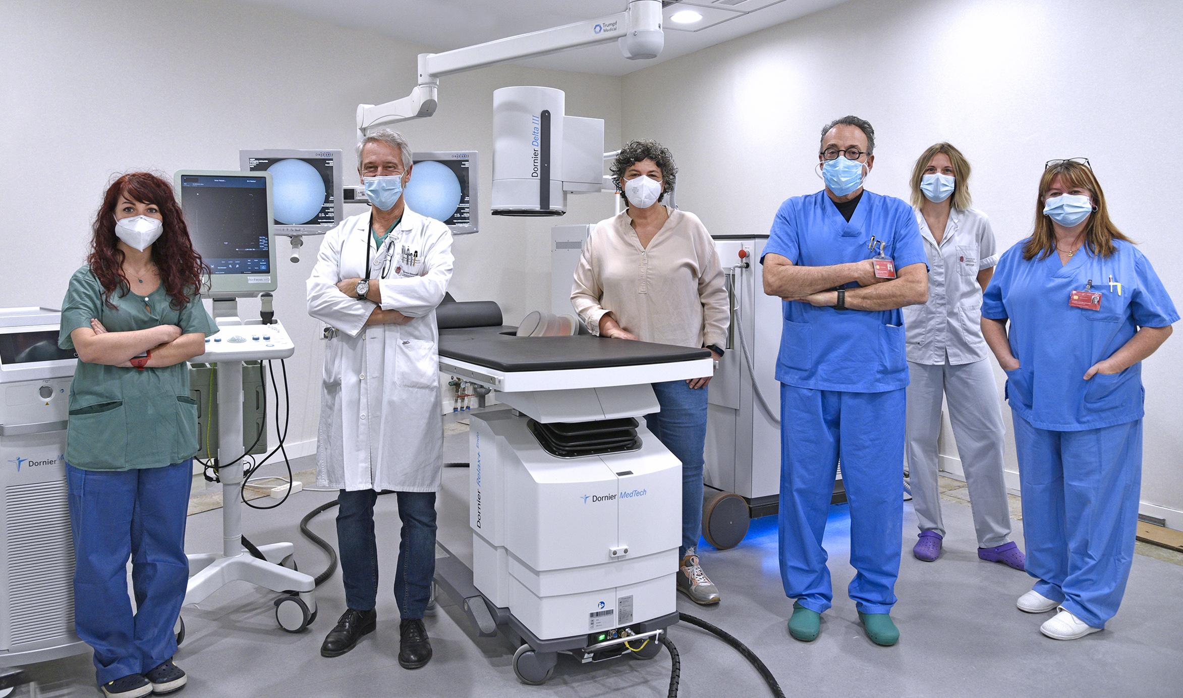 De izda. a dcha.: Zaloa Amelibia (facultativa adjuntade Urología), Manuel Montesino (jefe de servicio), Pili Luri (enfermera), Andrés Rivas (jefe de la Sección de Urología), Aitziber Allo (enfermera) y Araceli Cortés (auxiliar de enfermería).
