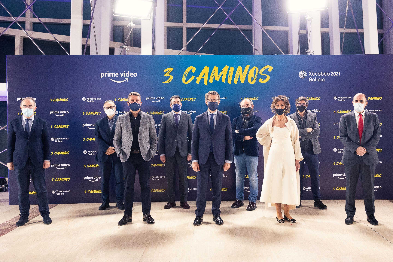 El consejero Ayerdi (a la dcha), con el presidente de la Xunta, Alberto Núñez Feijoo, y el director general de Patrimonio Cultural de la Junta de Castilla y León, Gumersindo Bueno Benito, junto con el productor de la serie, Julio Casal, y algunos de los colaboradores y actores de la serie.