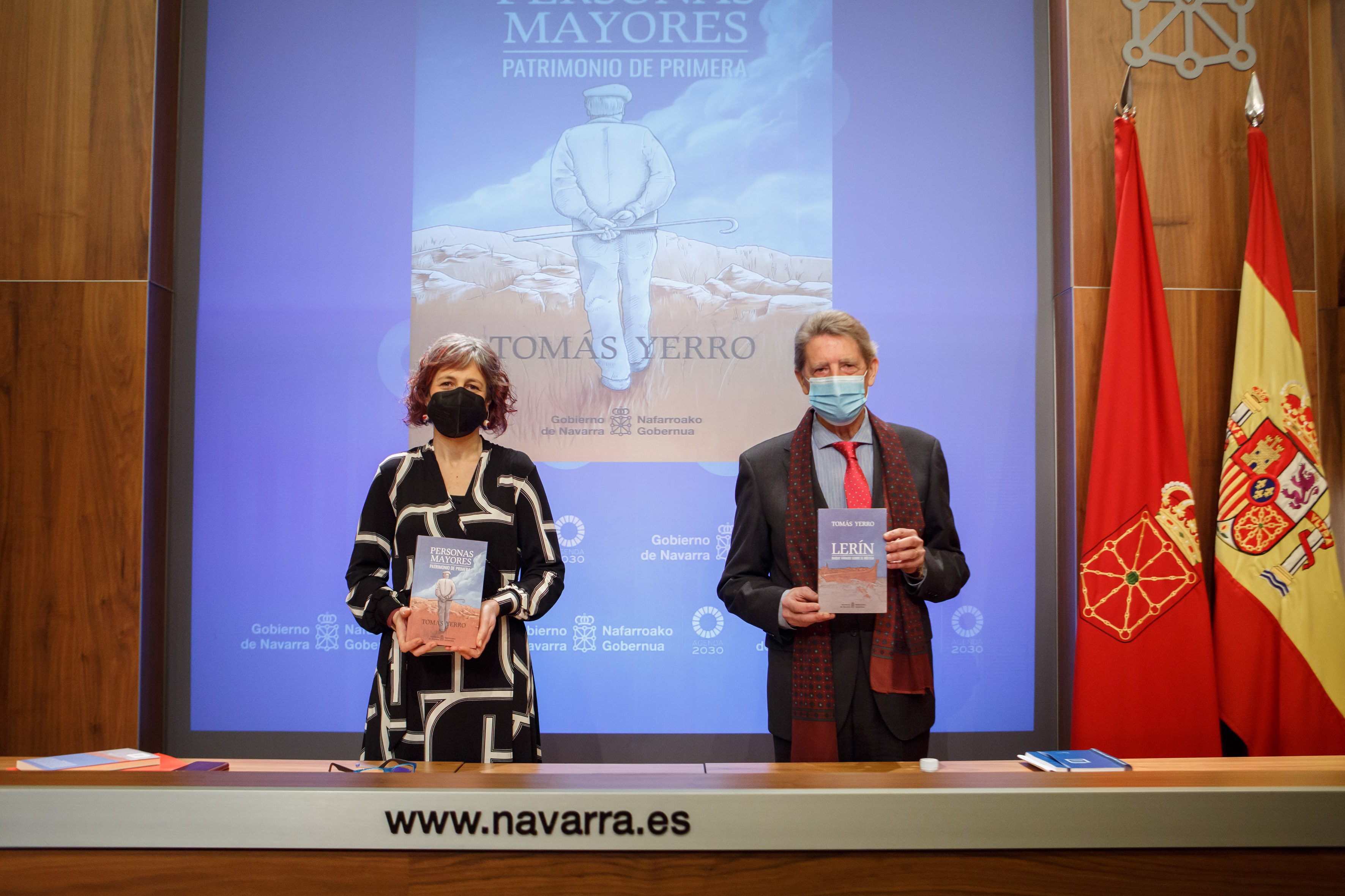 La consejera, Rebeca Esnaola, y el escritor, Tomás Yerro, con las publicaciones de este último.