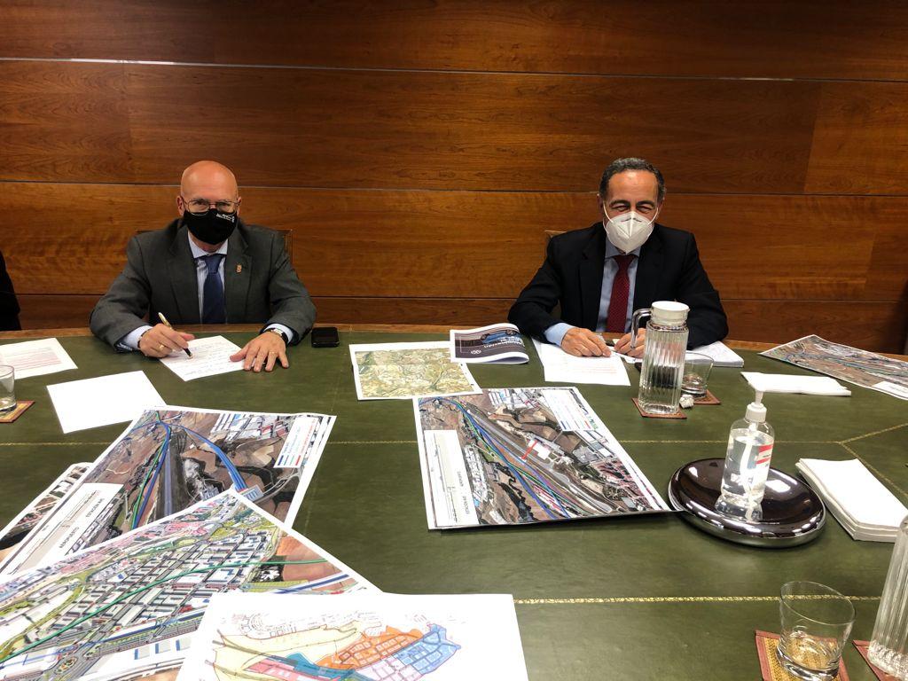 El consejero Ciriza y Casimiro Iglesias, Director General de Planificación y Evaluación de la Red Ferroviaria del Ministerio de Transportes, Movilidad y Agenda Urbana.