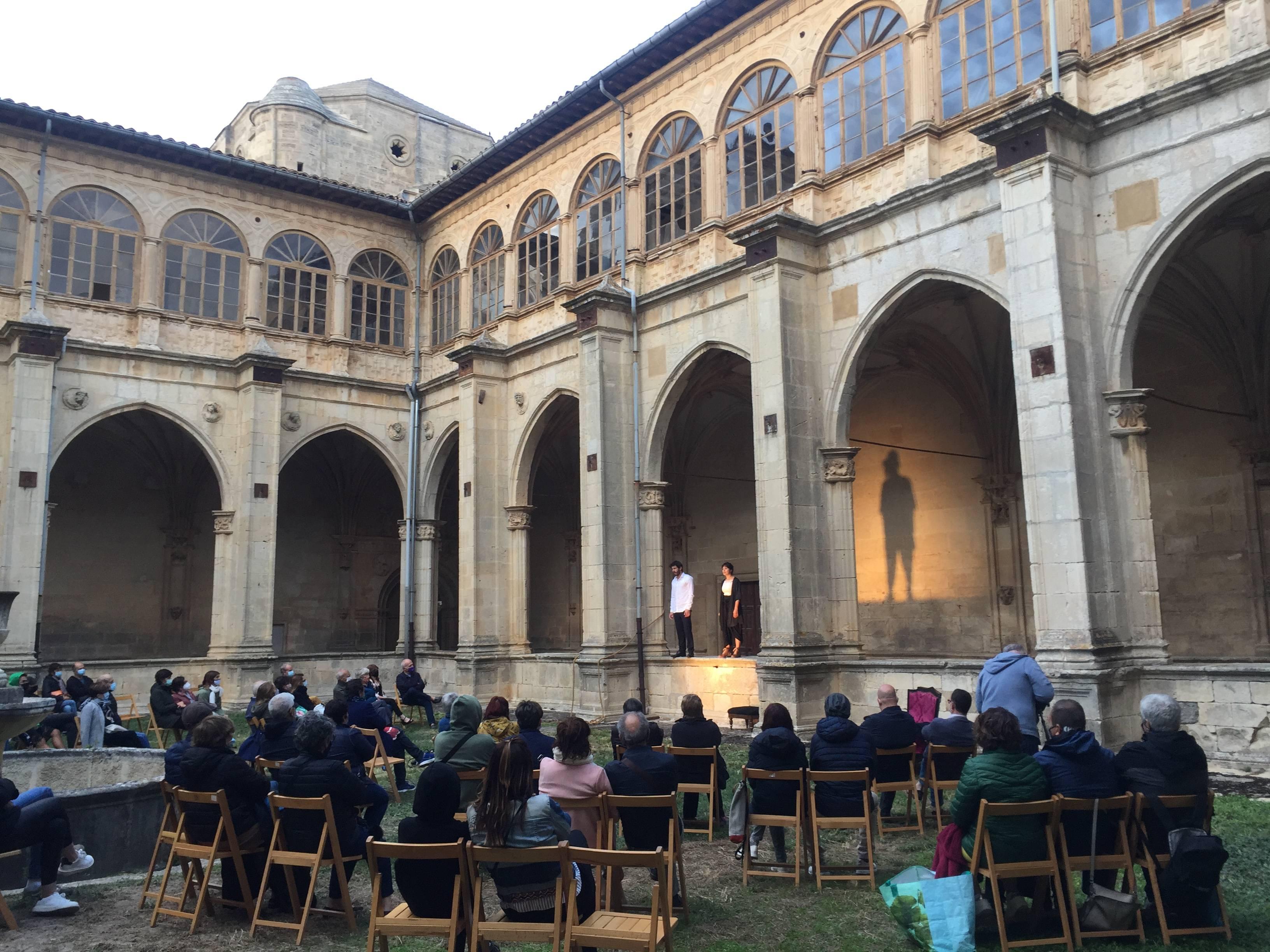La convocatoria está destinada a apoyar propuestas escénicas como la que se desarrolla en el Monasterio de Iratxe.
