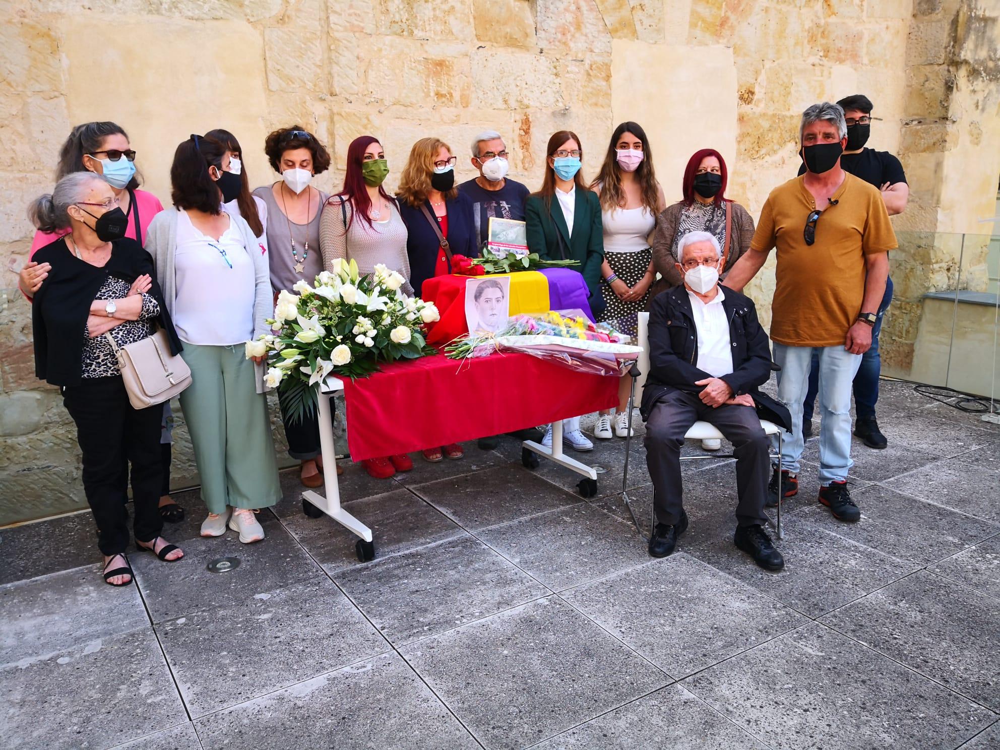 Los familiares reciben los restos de Ramón Haro.