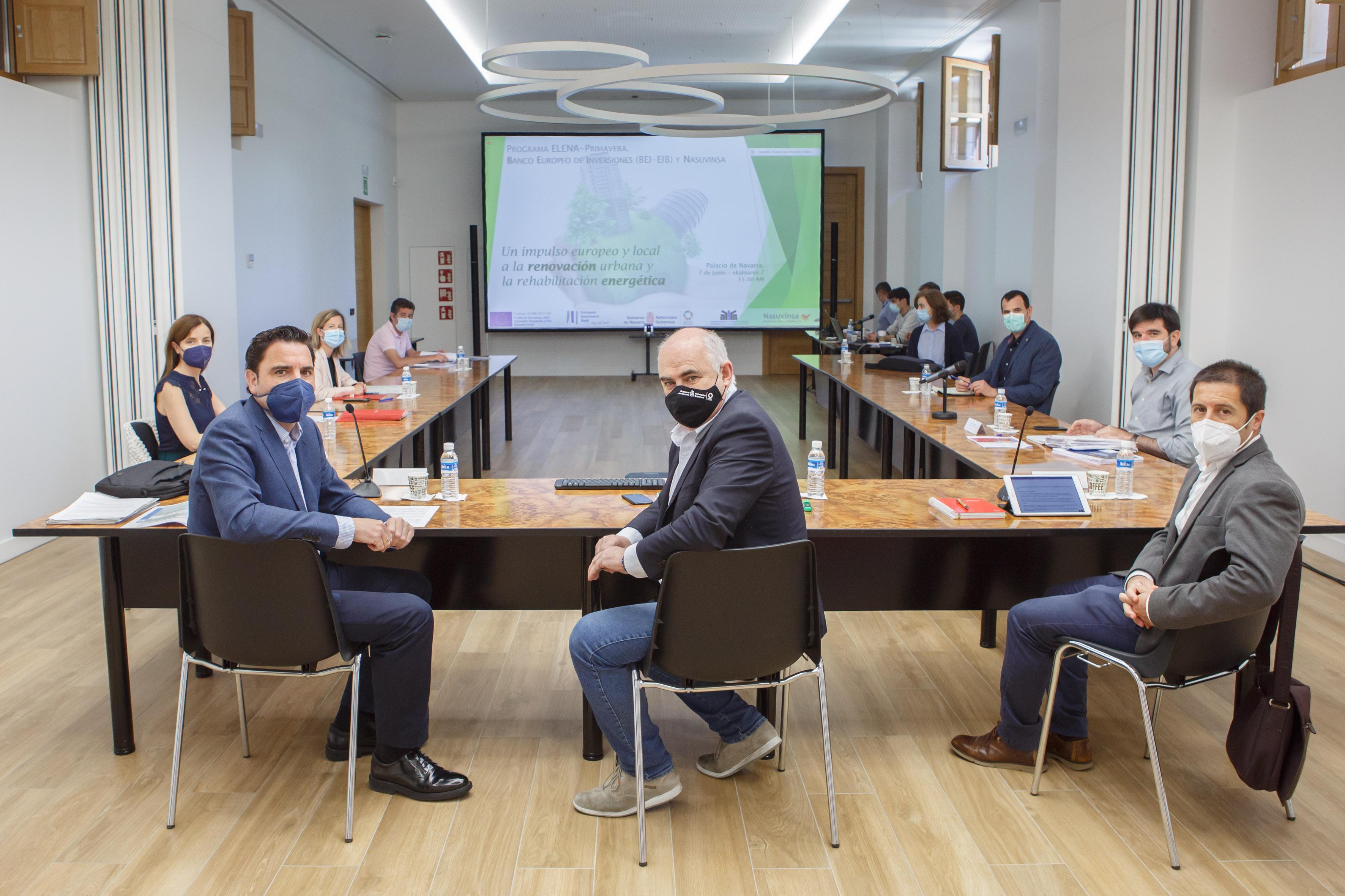 El consejero Aierdi, junto con el director gerente de Nasuvinsa, Alberto Bayona (izda), y el presidente de la FNMC, Juan Carlos Castillo (dcha), y el resto de participantes en el encuentro telemático para presentar el convenio con el Banco Europeo de Inversiones (BEI).